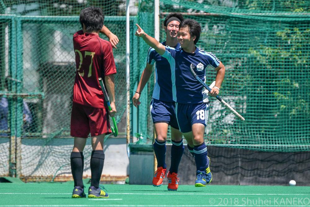 50分、駿河台大学3年生18番高橋佑輔(右)が先制点を挙げた