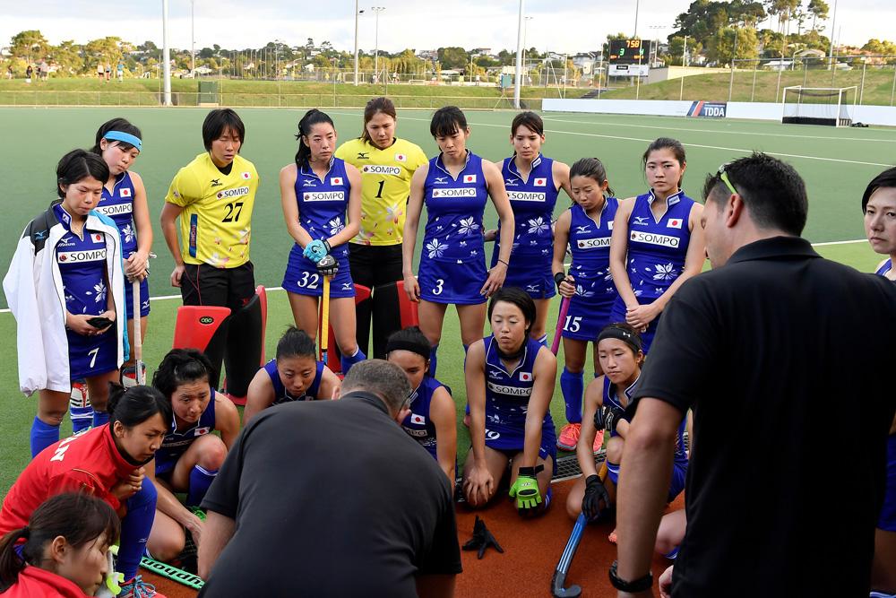 アンソニー・ファリー監督の話に熱心に耳を傾ける「さくらジャパン」。(写真は2018年1月ニュージーランド遠征時)