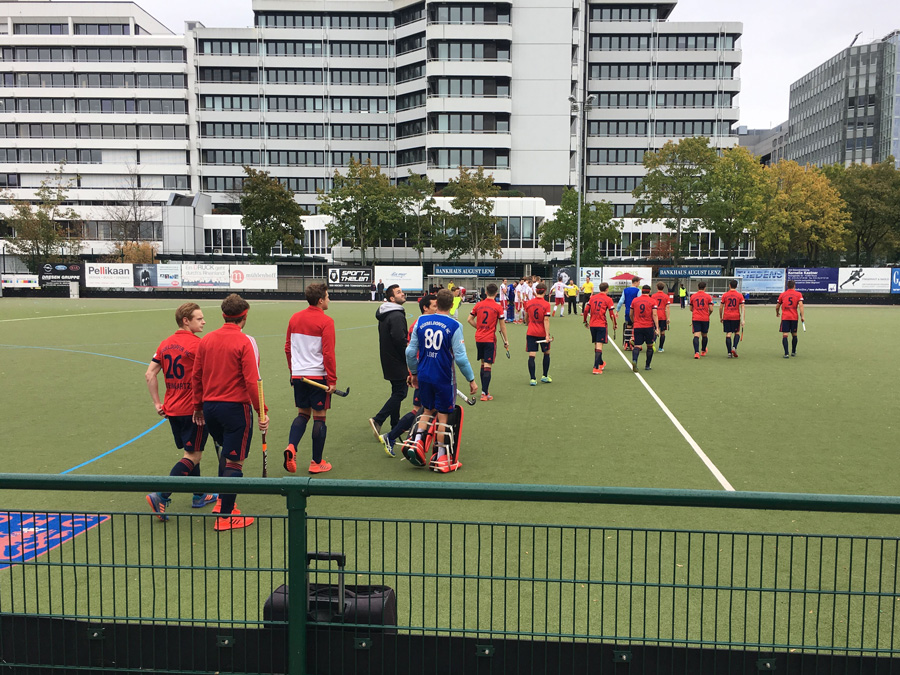 赤いユニフォームを着たDusseldorfer HC の選手たち。9月22日(土)16:30~ Nurnberger HTC 戦。写真/藤本一平