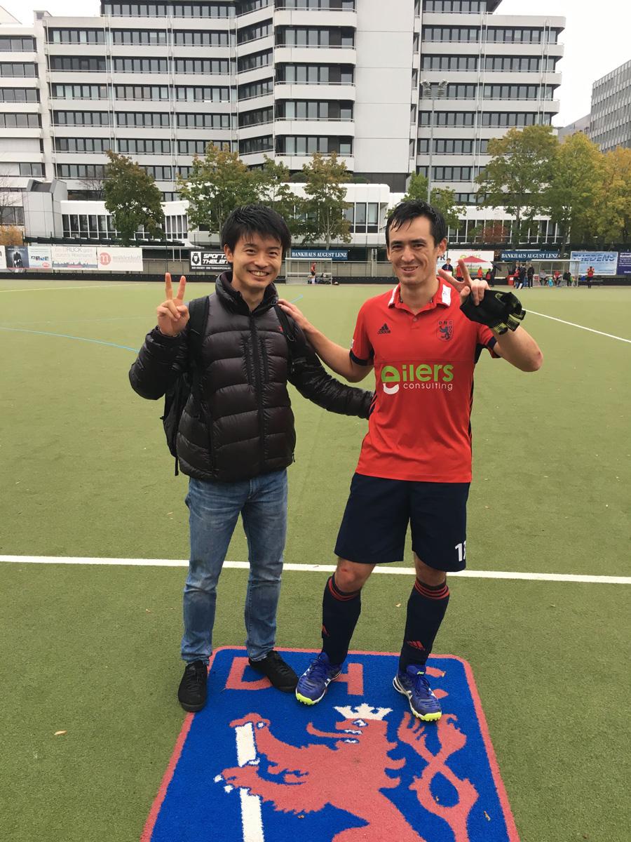 藤本一平氏とスコットランド代表ウェイ・アダムス選手。 写真/藤本一平