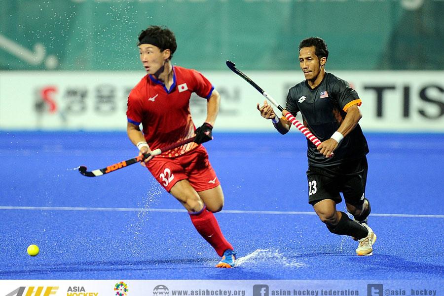 アジア大会出場男子日本代表サムライジャパン最年少選手の霧下義貴選手(19)とマレーシア代表選手。 出典元/https://www.facebook.com/asiahockey/