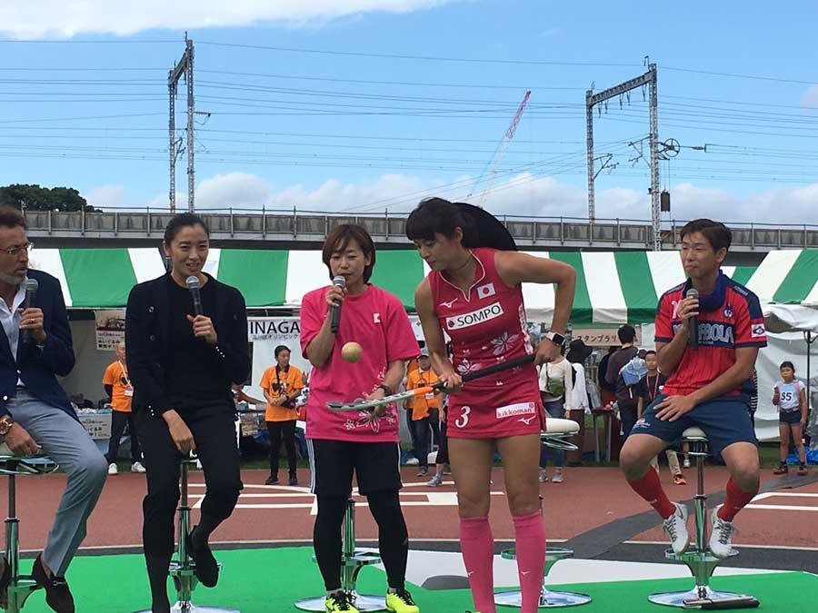 小野真由美選手がリフティングを披露。