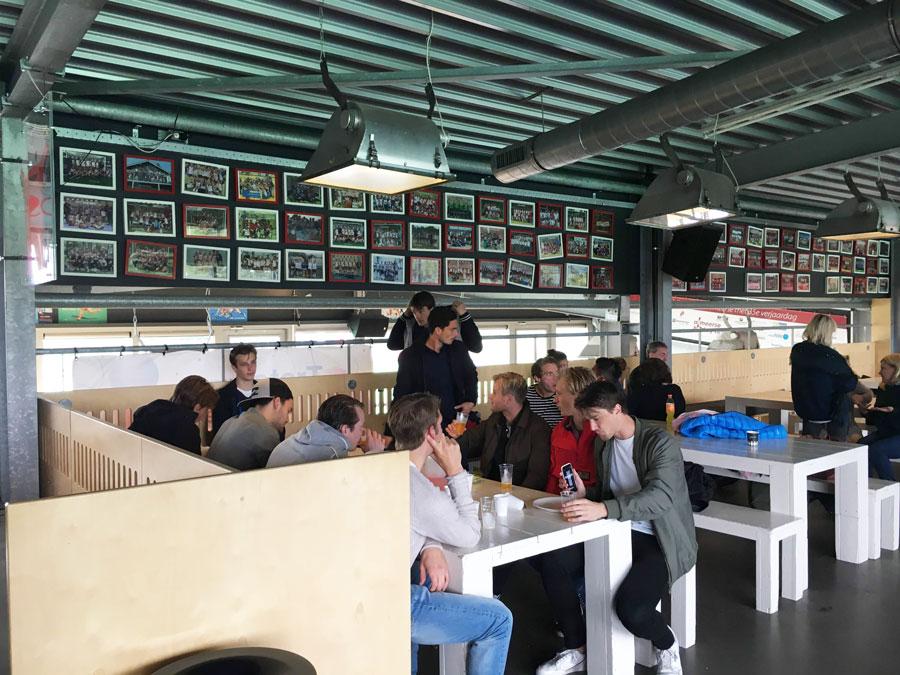 Almere戦後、クラブハウス内で食事するHGCの選手たち。写真/藤本一平