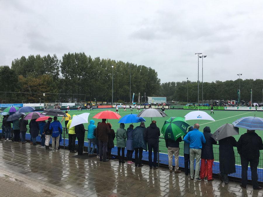 雨の中、HGC 対 Almere戦の試合を楽しむサポーターたち(スタンド側)。写真/藤本一平