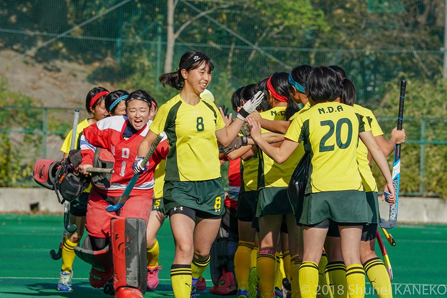 ハイタッチをして士気を高め試合に臨む防衛大学校。写真/金子周平