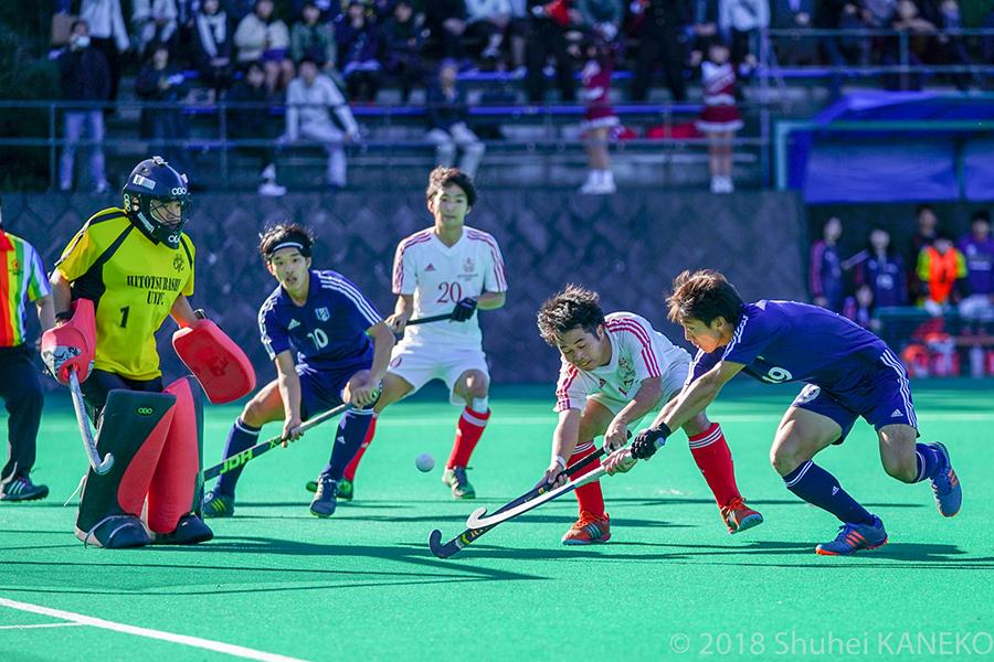 一橋GK岩元宏樹選手を中心にゴールを守る。写真/金子周平