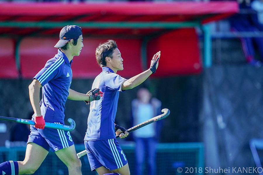 ゴールを決め笑顔の17番大久保選手(右)とアシストした8番吉川選手。写真/金子周平