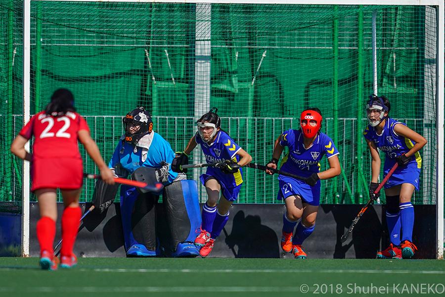 横浜市立のGK鈴木桃子選手を中心に堅い守備でゴールを守る。写真/金子周平