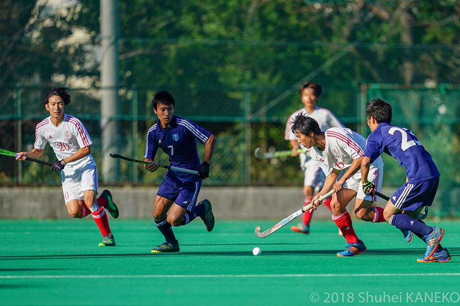 一橋大学主将6番中島悠司選手を中心に懸命にゴールを目指す。写真/金子周平