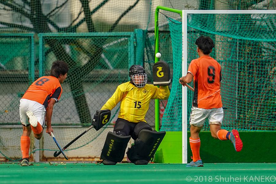 早稲田のGK山本選手がゴールを守る。