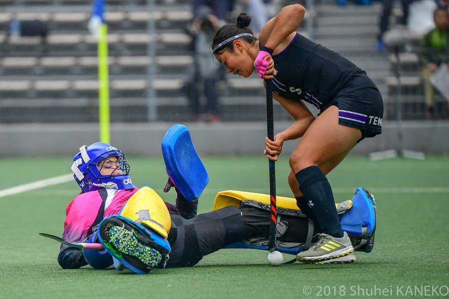 東海学院大学1番GK久冨ひかり選手はプレッシャーをはねのけ落ち着いたセービングを見せた。写真/金子周平