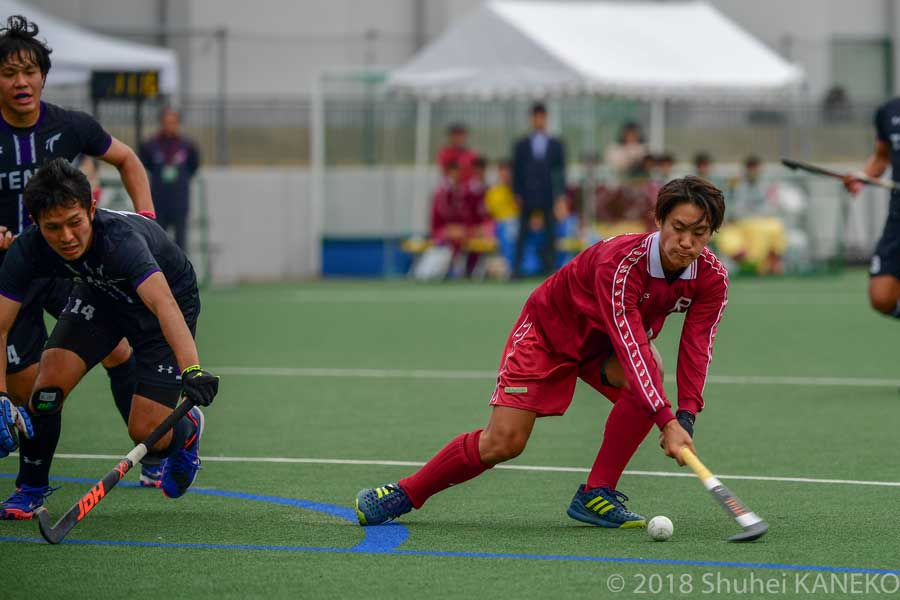 混戦したゴール前でシュートを放つ4番池田端選手(4年生)。写真/金子周平