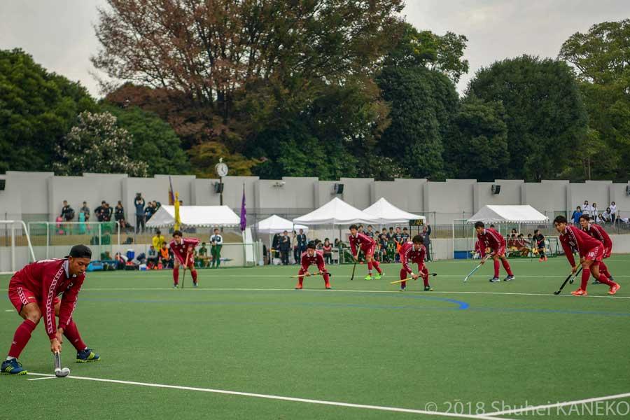 立命館大学ペナルティーコーナーのパッサーを務めるのは11番渡辺晃大選手(4年生)。写真/金子周平