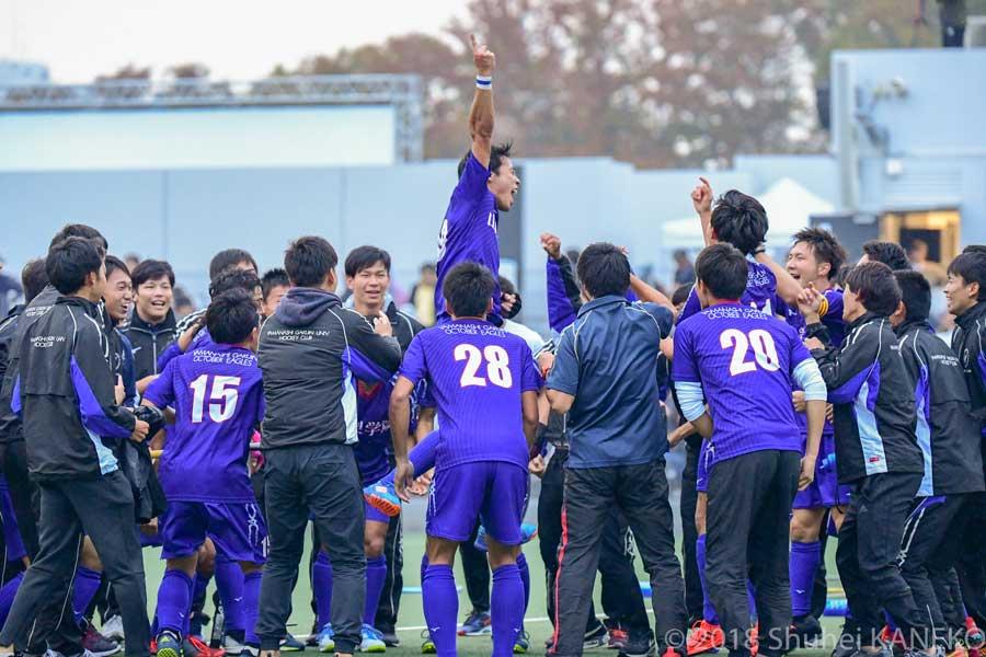 優勝が決定すると、スタンドから応援していた選手もフィールドになだれ込み勝利を祝った。写真/金子周平