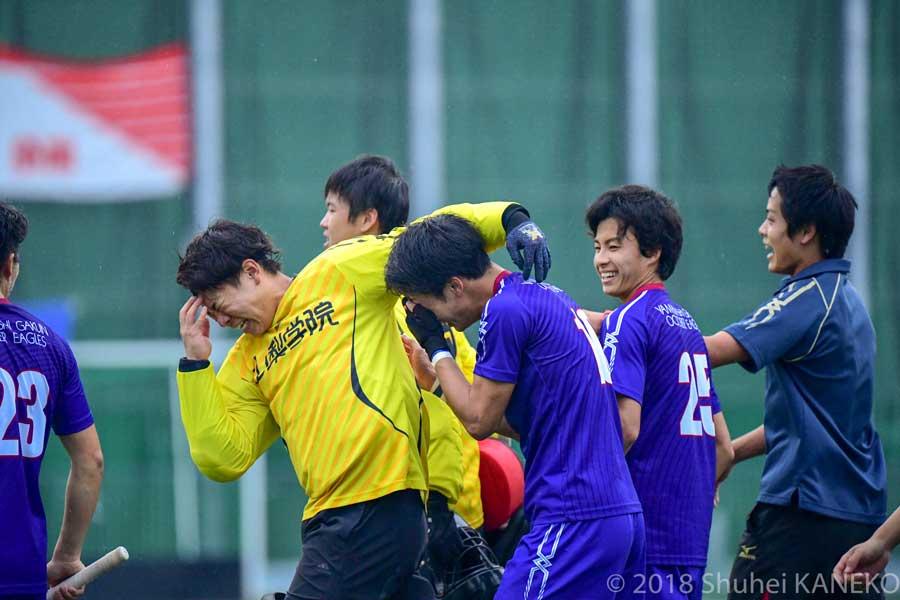 勝利の涙、GK高野雄介選手と10番小川恭平選手。共に4年生。写真/金子周平