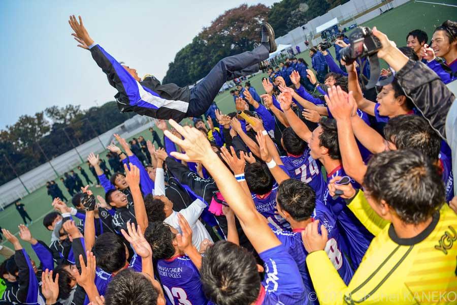 選手たちが寺本総監督を胴上げ。この日55歳のお誕生日を迎えた。写真/金子周平
