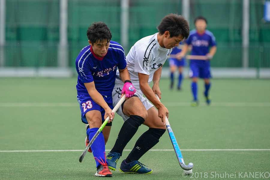 福井工業主将4番和田吉広選手(4年生)と山梨学院23番沼田空選手(1年生)の激しい競り合い。
