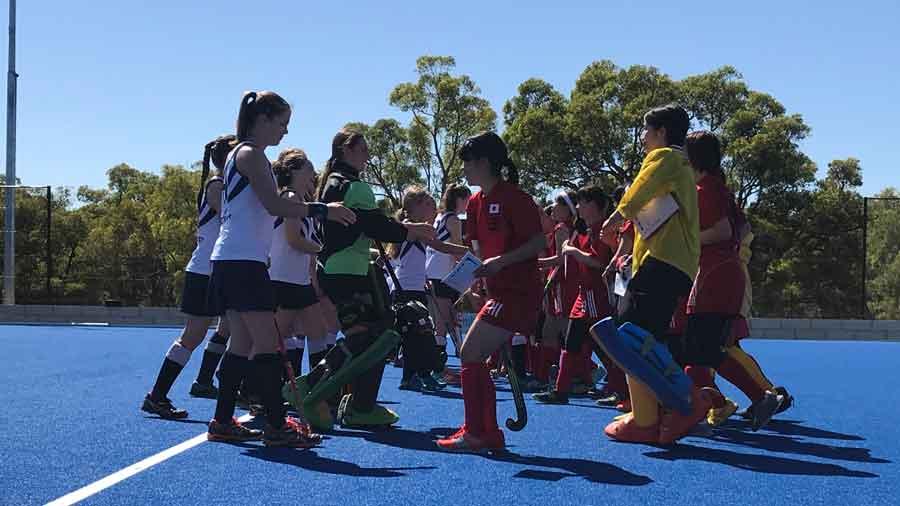 オーストラリア選手と握手を交わす日本チーム