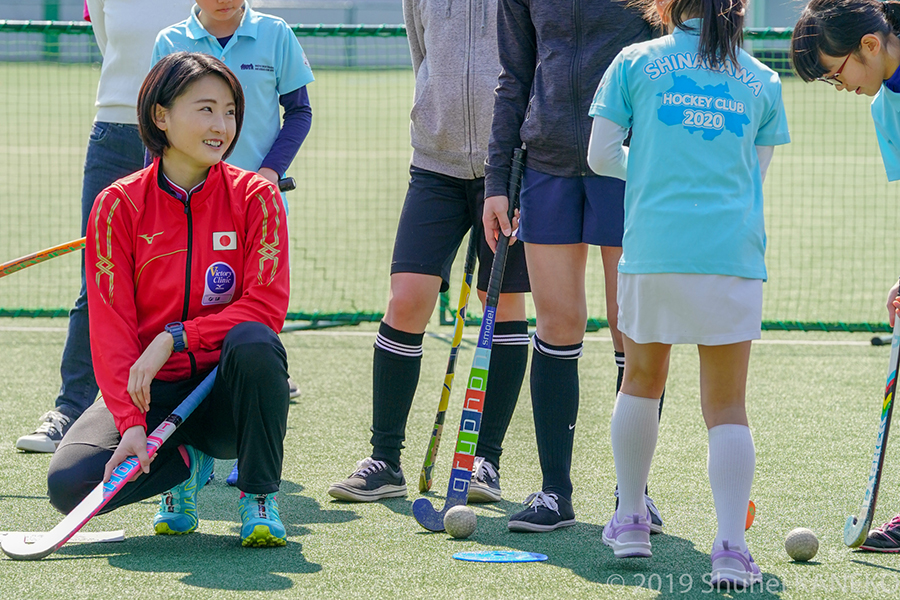 小学生にホッケー指導を行うさくらジャパン一谷奈歩選手。写真/金子周平