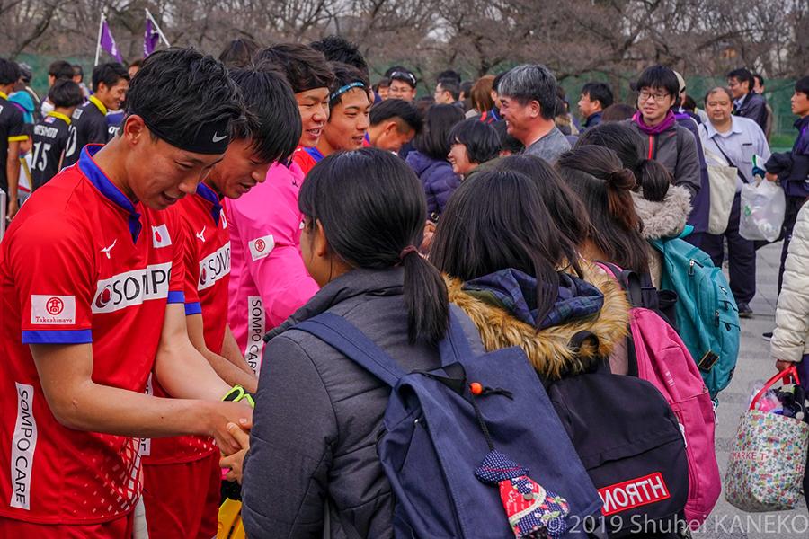 イベント終了後は出口で選手がお見送り。ファンとの交流を行った。