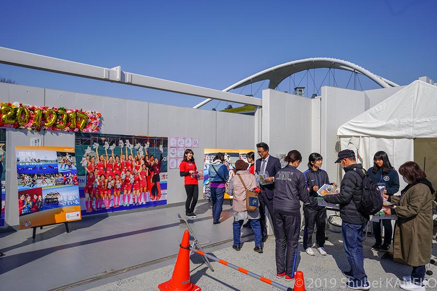 会場入り口にはアジア大会優勝時の男女日本代表の巨大パネルや選手のサイン色紙が飾られた