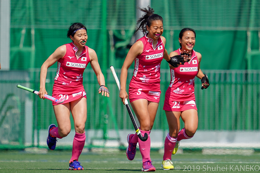 追加点を決め、笑顔でハイタッチをかわす5番浅井悠由と選手22番河村元美選手。写真/金子周平