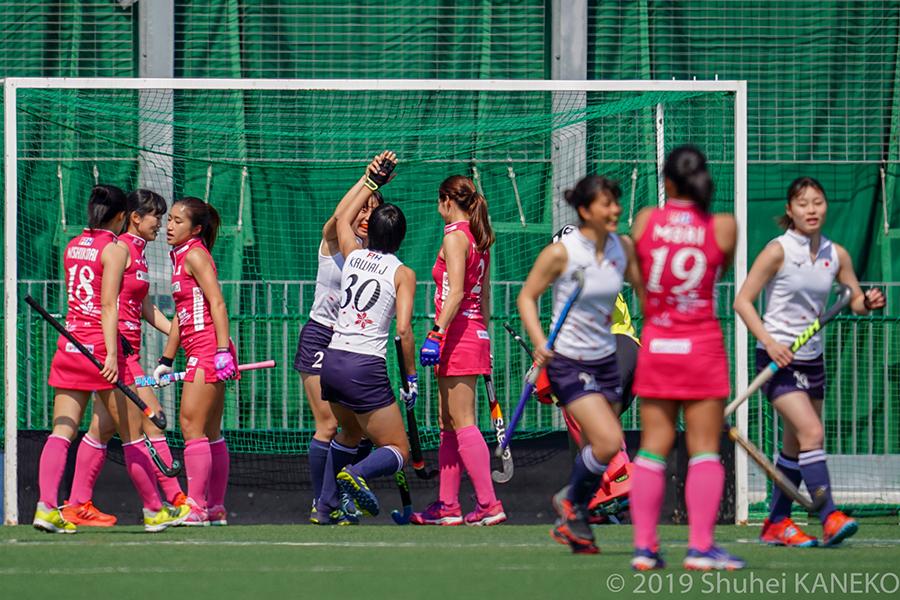 ゴールを決め、喜ぶジュニア日本代表。写真/金子周平