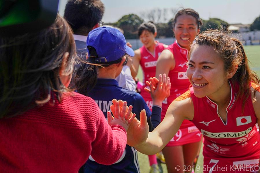 試合後に子どもとハイタッチをかわす永井葉月選手。写真/金子周平
