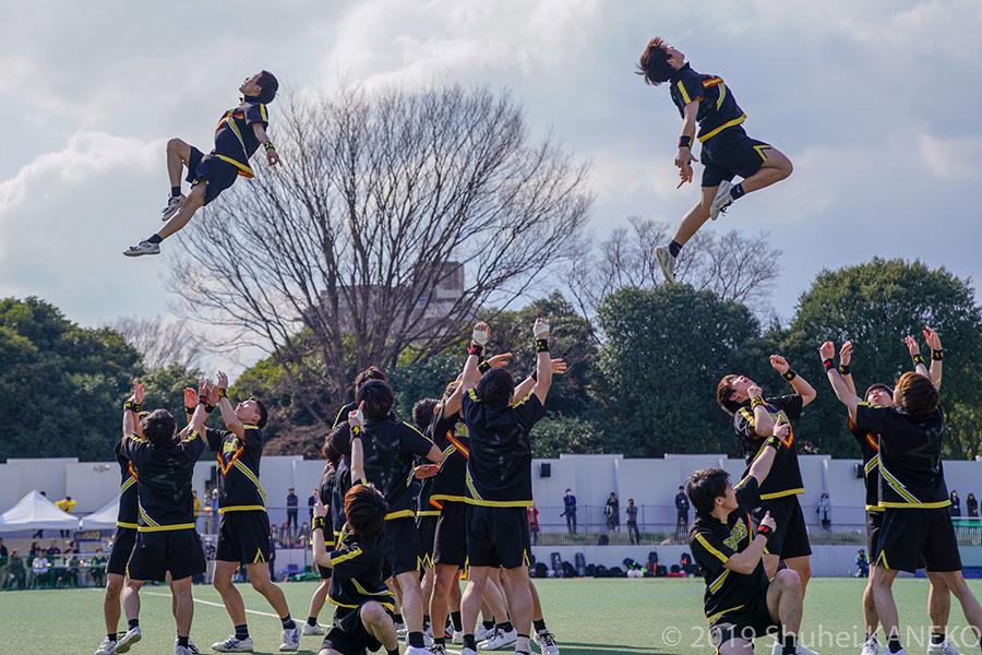 早稲田大学男子チアリーディングチーム SHOCKERS によるハーフタイムショーで会場は一層盛り上がりを見せる。
