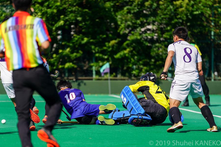 山梨学院も懸命にゴールを目指す。写真/金子周平