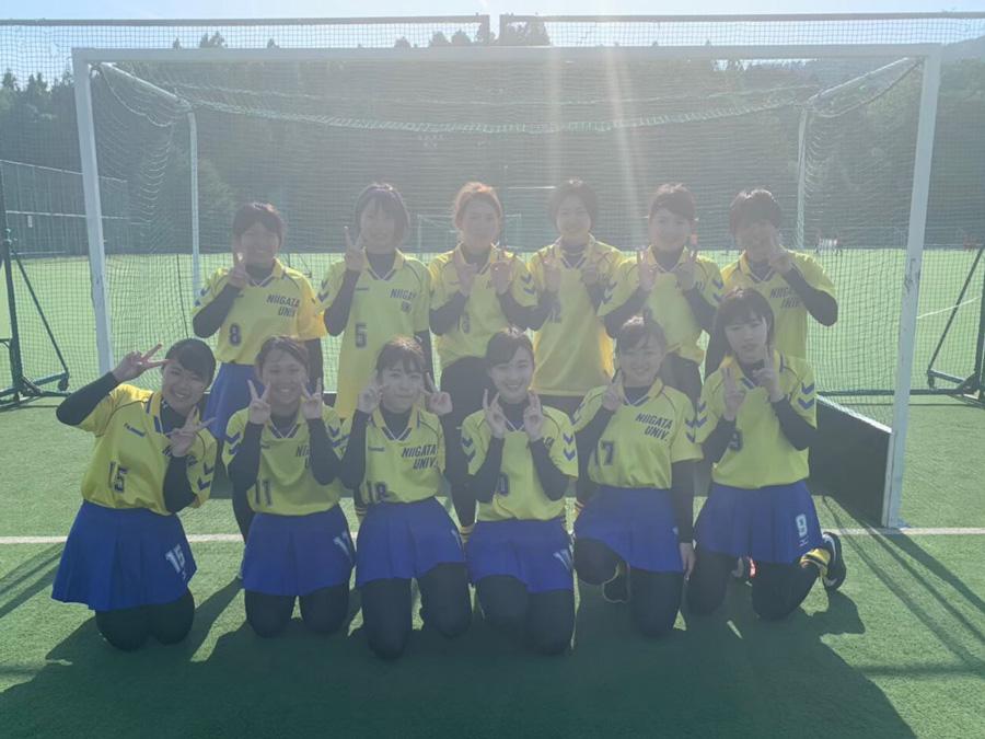 今季初の11人制ホッケーに挑む新潟大学。パスを繋いで勝利を目指す。