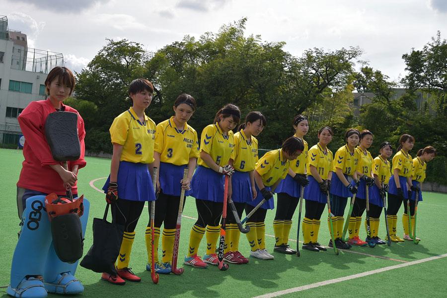 試合前の新潟大学の選手ら。