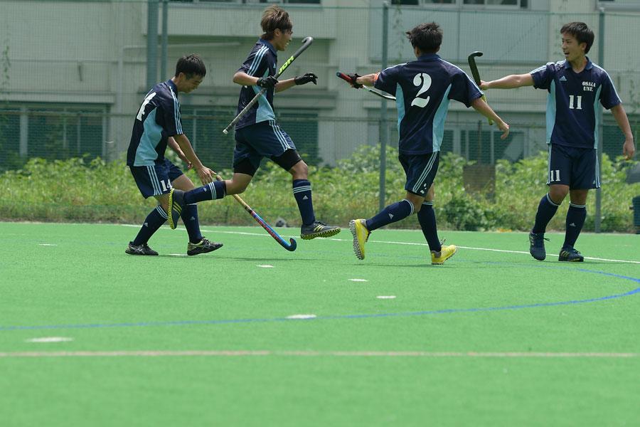 3得点を決めた大阪大学5番久木選手(中央)。