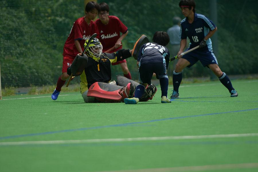ゴール前をかためる北海道大学の選手ら。