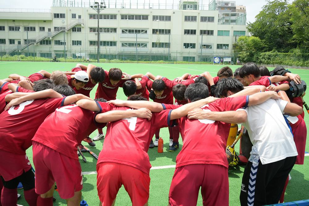 円陣を組み、試合に向け士気を高める北海道大学 写真/中村雄紀夫