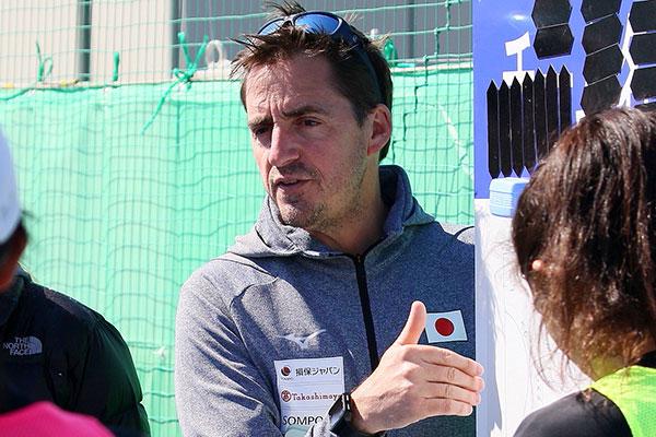 前任のアンソニー氏の退任後、2020年12月にスペイン人のチャビ氏がヘッドコーチに就任した(6月の茨城県境町での強化合宿の様子) 写真=公益社団法人日本ホッケー協会