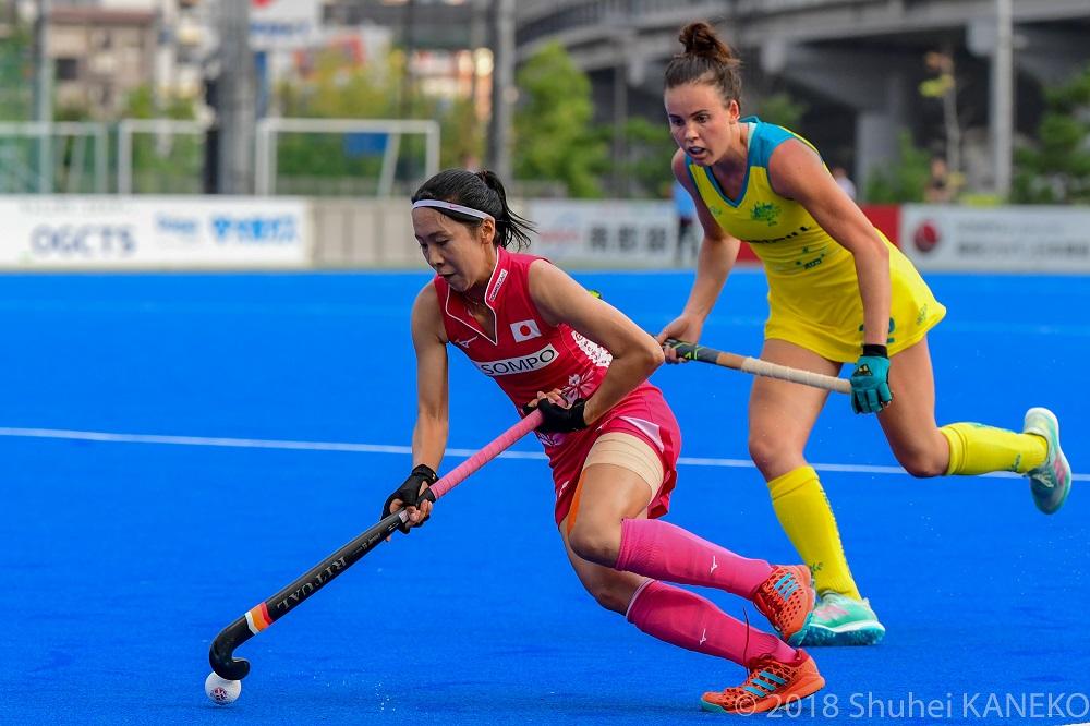 オーストラリアの選手をドリブルでかわす鳥山麻衣 写真=金子周平