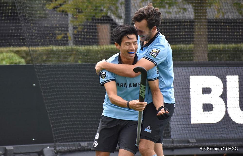 オランダリーグでゴールを決め、娘の誕生を喜ぶゴールパフォーマンスをする田中健太 写真=HGC